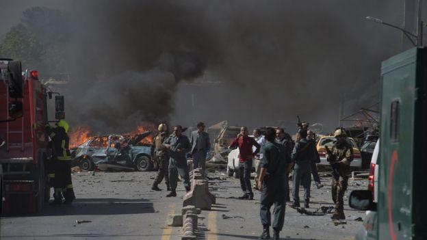 El denso humo negro y autos incendiados.