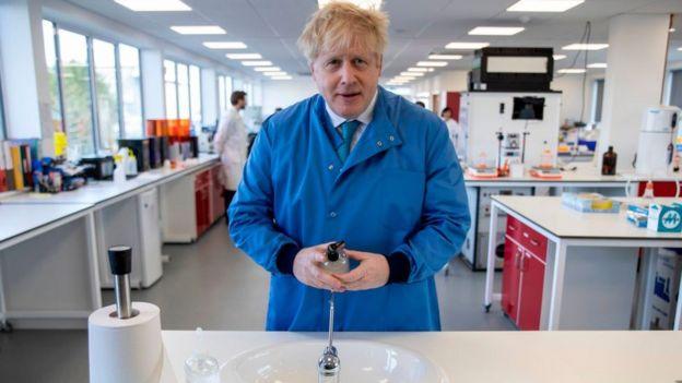 Борис Джонсон в лаборатории