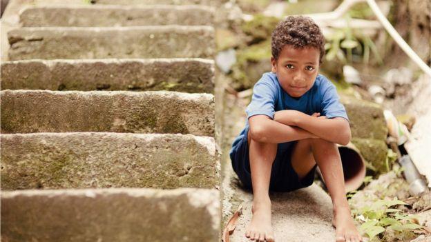 Garoto ao lado de escada