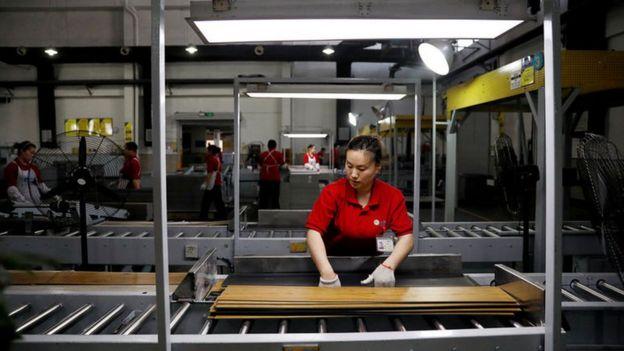 中国某压合板厂生产线上的工人