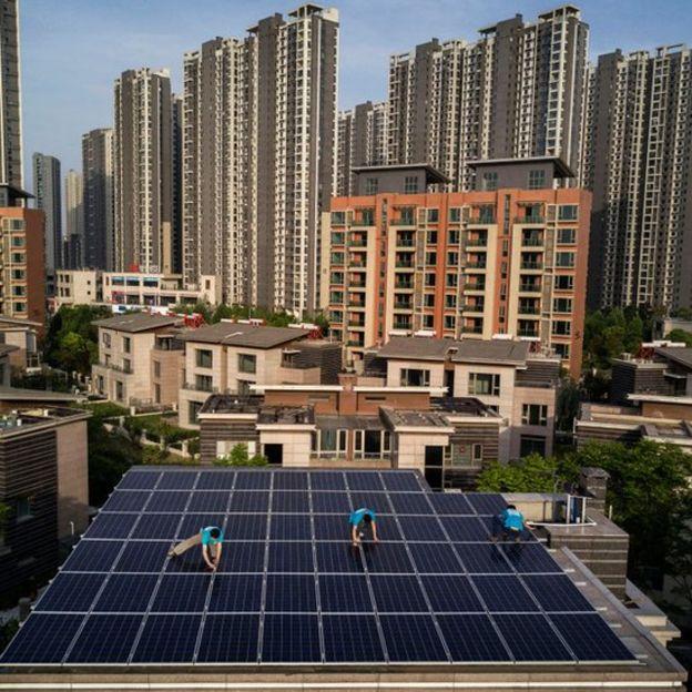 Empleados instalan panales solares en China.