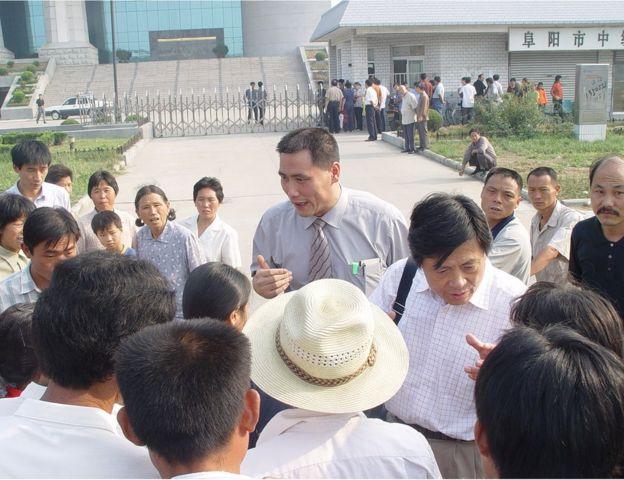 """《中國農民調查報告》作者陳桂棣和吳春桃的辯護律師浦志強說:""""作家和知識分子應當成為群眾的代言人。反映社會現實是作家的職責,所以兩位作家所所的並不違法。"""""""