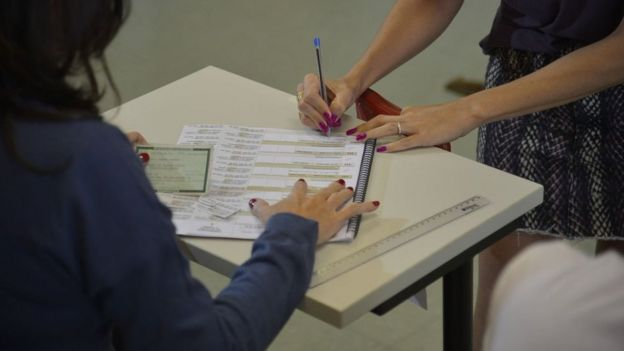 Checagem de documentos de eleitor na eleição de 2014, em Brasília