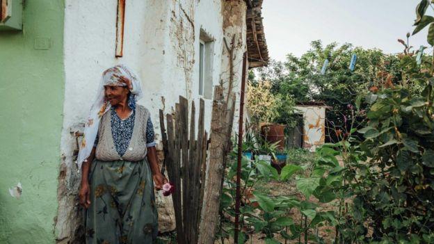 Afro Türk kadın evinin bahçesinde