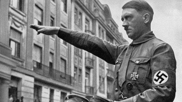 Adolf Hitler realizando el saludo nazi.