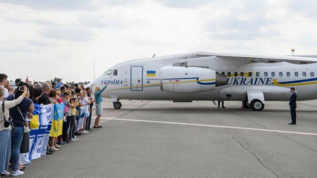 Los exprisioneros ucranianos fueron recibidos por sus familiares en la pista del aeropuerto Boryspil de Kiev.