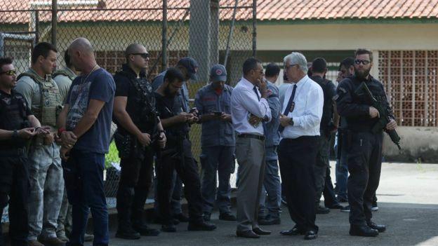 Autoridades diante de escola em Suzano