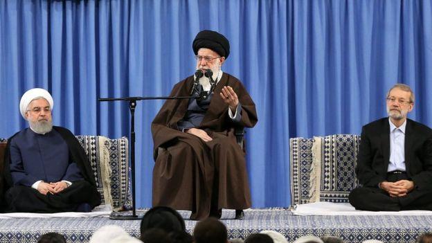 El líder supremo de Irán, ayatolá Jamenei (centro), denuncia los ataques de Occidente contra Siria