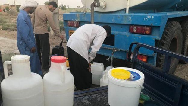 توزیع آب شرب در جزیره مینو در استان خوزستان از طریق تانکر بین شهروندان منطقه