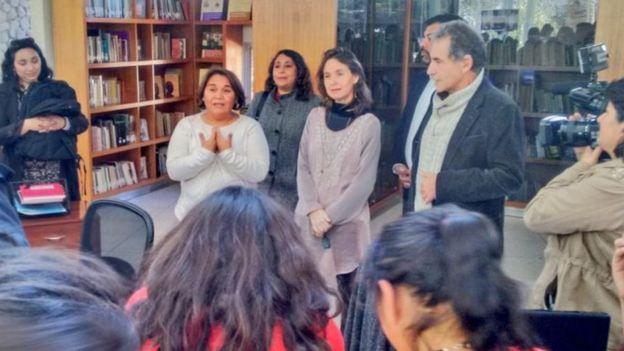 Solange Huerta con grupo de gente