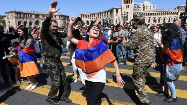 Protestocular arasında asker üniformalılar olduğu da dikkat çekti.
