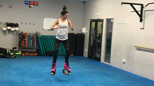 Saltar y volver a saltar es lo que se logra con los zapatos con resortes del JumpFit.