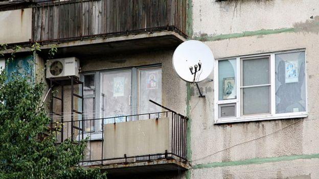 Супутникова антена на старому будинку