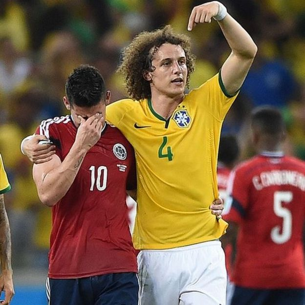 David Luiz consuela a James Rodríguez en 2014.