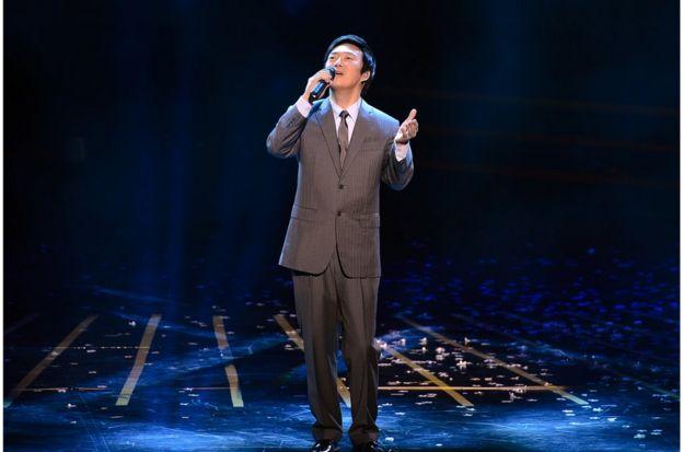 圖為費玉清參加台灣新竹晚會演唱《南屏晚鐘》資料照片
