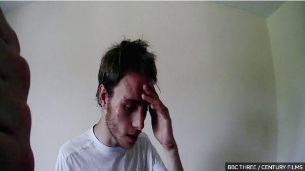 Cảnh quay bodycam của cảnh sát sau cuộc gọi của người hàng xóm cho thấy Alex bị đau khổ về thể chất lẫn tinh thần