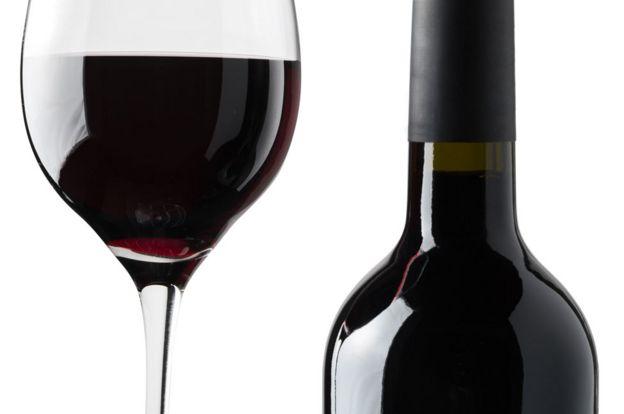 Una botella y una copa de vino