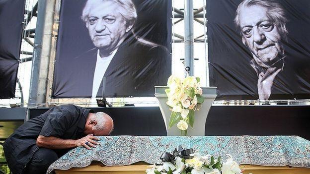 مراسم تشییع با قراردادن تابوت عزتالله انتظامی در جایگاه مخصوص و بوسه پرویز پرستویی بر تابوت او آغاز شد