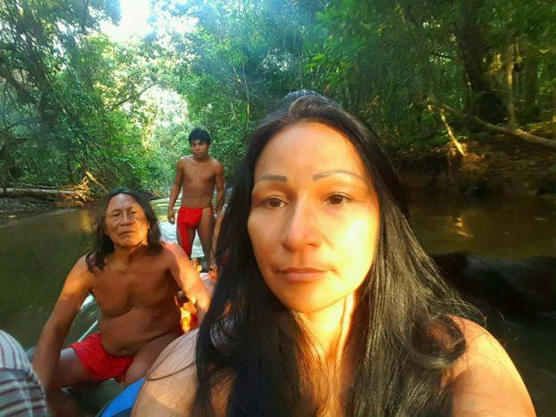 Tenente Silvia Nobre Waiãpi, primeira indígena a ingressar no Exército, foi convidada para integrar o governo de Jair Bolsonaro. Na foto, aparece com dois outros índios em uma canoa