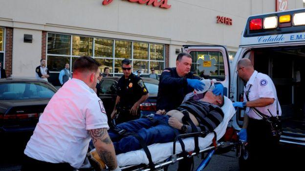 Una persona recibiendo atención de emergencia en la calle debido a una sobredosis
