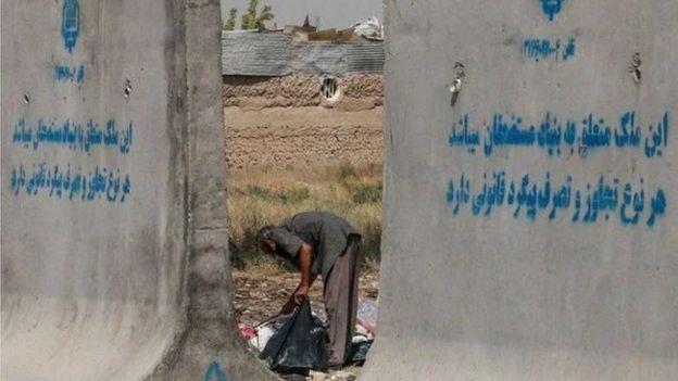 آیت الله خامنه ای تعریفی تازه از مستضعف ارائه داده که تا با آنچه آیت الله خمینی می گفت مغایر است. از دیدگاه او مستضعف به معنی فرد فقیر یا کم درآمد نیست