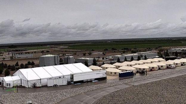 Миграционный скандал в США: детей забирают у родителей и держат в клетках