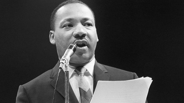 Martin Luther King Jr. en train de prononcer un discours le 29 mars 1966 au Palais des sports à Paris.