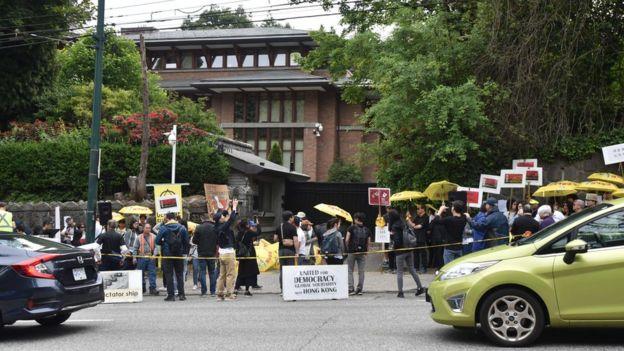 示威者在中国驻温哥华使事馆外集会,支援香港的游行。