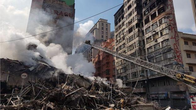 Escombros do prédio que pegou fogo e desabou nesta madrugada em São Paulo: Edifício foi abaixo em cerca de 90 minutos