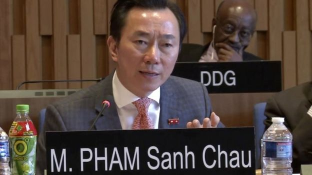 Đại sứ Phạm Sanh Châu tại buổi phỏng vấn ứng tuyển hồi tháng Tư với chai nước