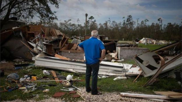 Un hombre mira su casa destruida en Sulphur