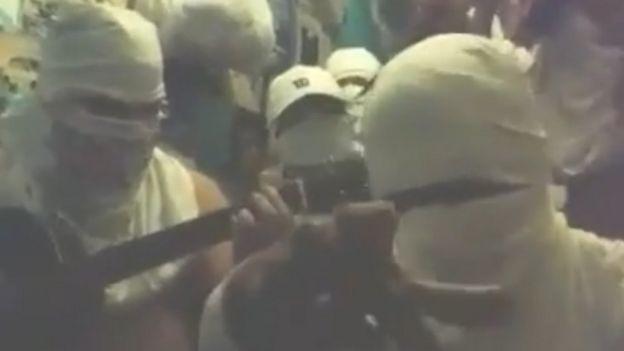 Em vídeo no Youtube, jovens cantam música 'Mago do Facão', que faz referência ao 'poder' da Okaida