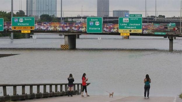 Nhiều con đường biến thành sông ở Houston