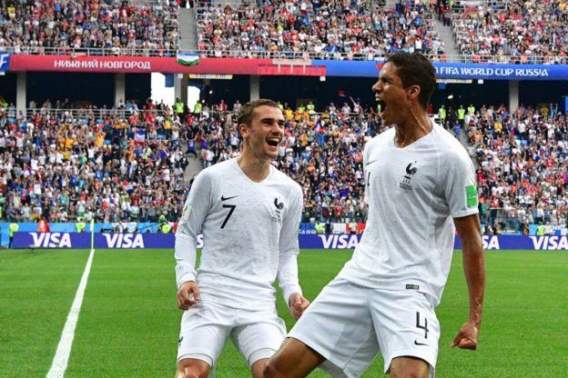Antoine Griezmann y Raphael Varane celebran el gol contra Uruguay en Rusia 2018.