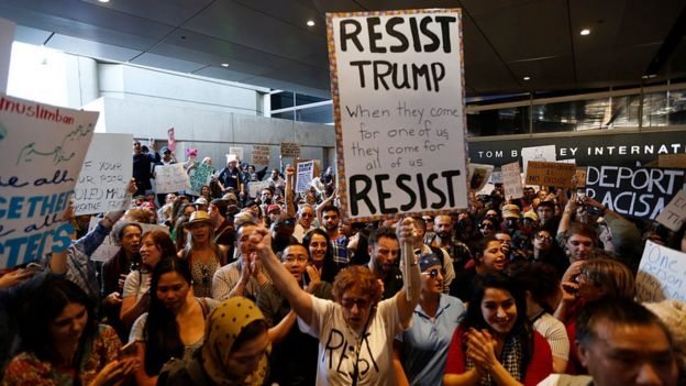Protesta en el aeropuerto de Los Ángeles contra el veto migratorio.