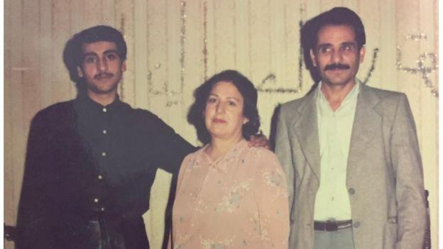 Paknoosh Karaghani posa para foto com a mãe e o pai, no Irã