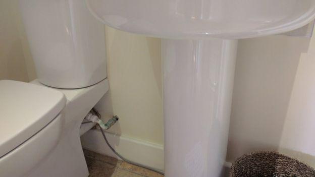 Cable en el baño de la casa de Simon