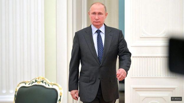 """يمكن أن تكون لمشيتنا سمة مميزة قد تشي في أغلب الأحيان بمعلومات عنا ومن أمثلة ذلك ما يعرف بـ""""مشية حامل السلاح"""" التي تميز طريقة سير الرئيس الروسي فلاديمير بوتين"""