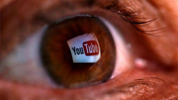Uma foto mostra o logo do YouTube no olho de uma pessoa