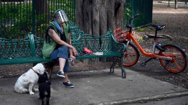 Una mujer con una careta protectora en la Ciudad de México
