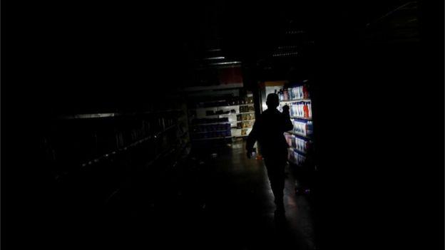 加拉加斯,超市员工检查遭抢劫的后果