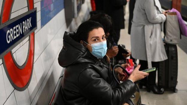 伦敦地铁的乘客戴口罩
