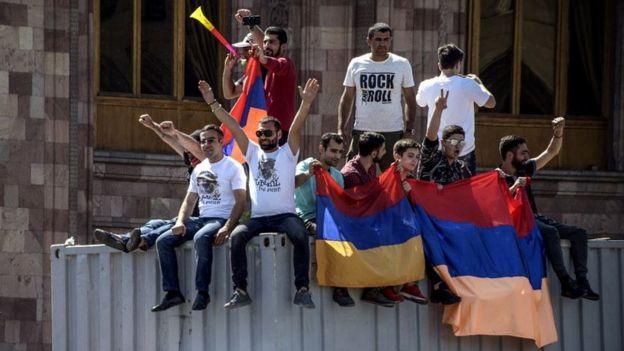 Ереван, протестующие на Площади республики