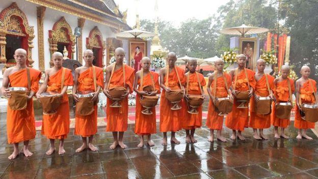 Los chicos vestidos de monjes