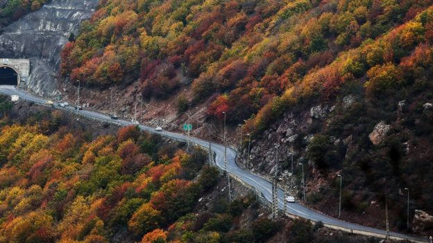 برای احداث این آزادراه بخشی از جنگلها و کوهها در جاده چالوس برش داده شدهاند