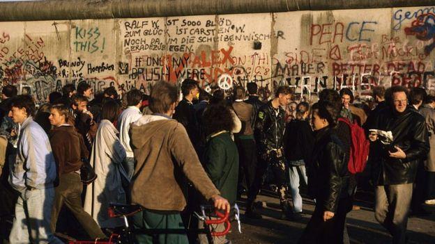 ชาวเยอรมันจำนวนมากออกมารวมตัวกันหลังการล่มสลายของกำแพงเบอร์ลิน