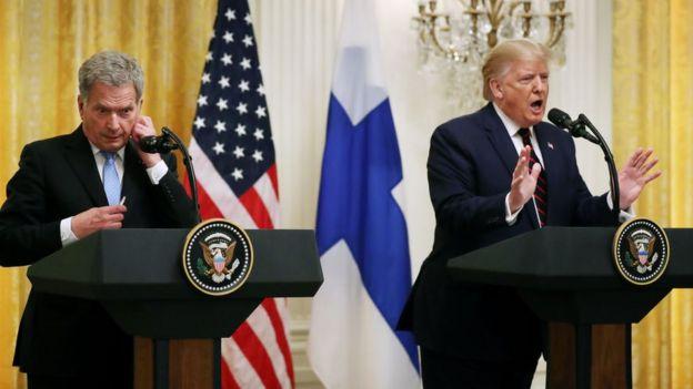 Donald Trump (der.) y el presidente de Finlandia, Sauli Niinistö, en la Casa Blanca