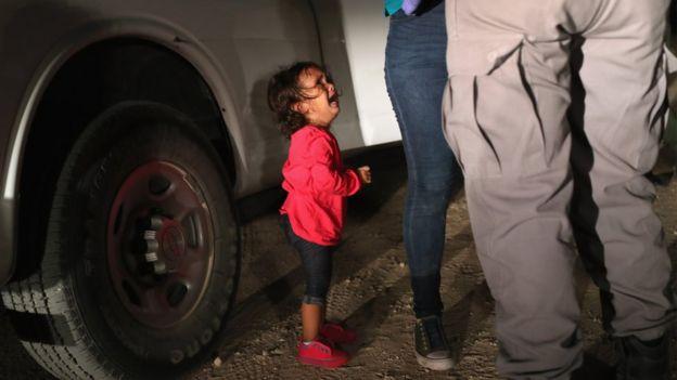 دختری دو ساله در نزدیکی مرز با مکزیک شاهد سوال جواب ماموران با مادرش است