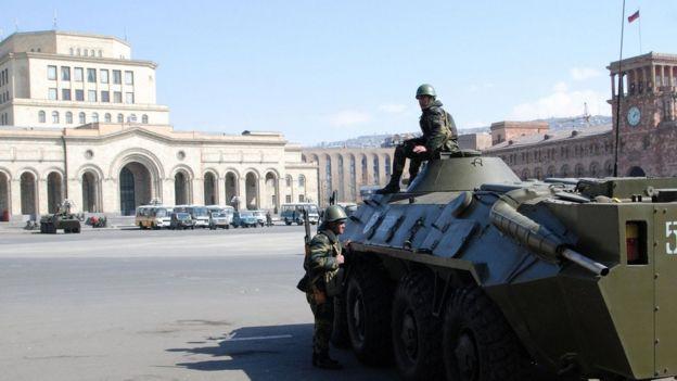 Müstəntiqlərə görə, Yerevan küçələrinə çıxarılmış qoşunların xərcini biznesmenlər çəkib.