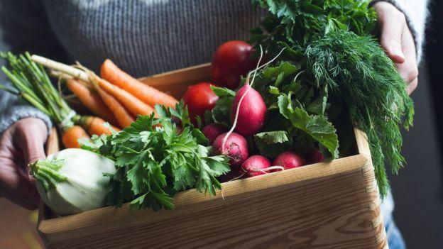 Caixa com hortaliças orgânicas